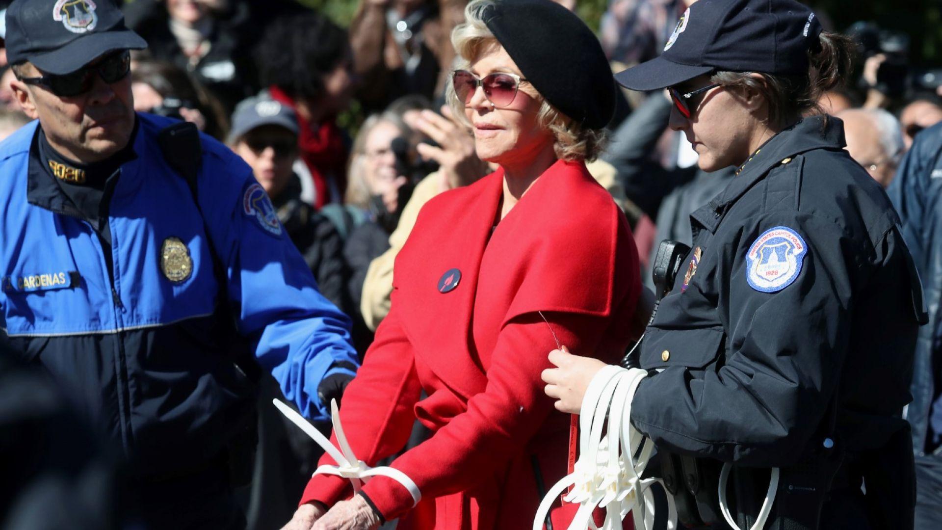 Джейн Фонда след арестите: Червеното палто е последната дреха, която си купувам някога