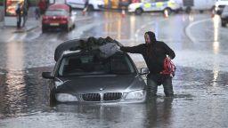 Жена загина, а десетки бяха евакуирани заради наводнения в Северна Англия