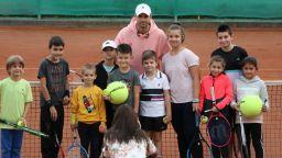 """Стотици деца посрещнаха """"бате Гришо"""" в Хасково, пловдивчанка му подари стихове"""