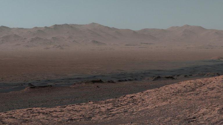 По склоновете на планината Шарп на Марс (снимки)