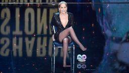 """Шарън Стоун пресъздаде култовата сцена от """"Първичен инстинкт"""" на наградите на GQ"""