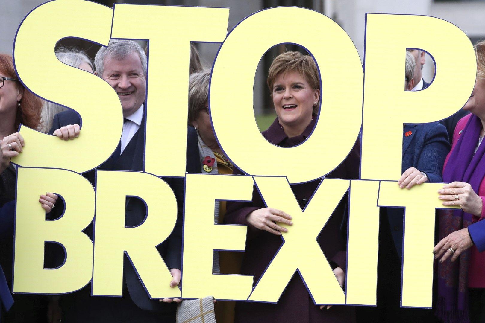 Лидерът на Шотландската национална партия Никола Стърджън (вдясно) и депутатът Иън Блекфорд (вляво) по време на старта на кампанията за общи избори на партията, в Единбург, Шотландия, 8 ноември 2019 г. Партията е против Брекзит