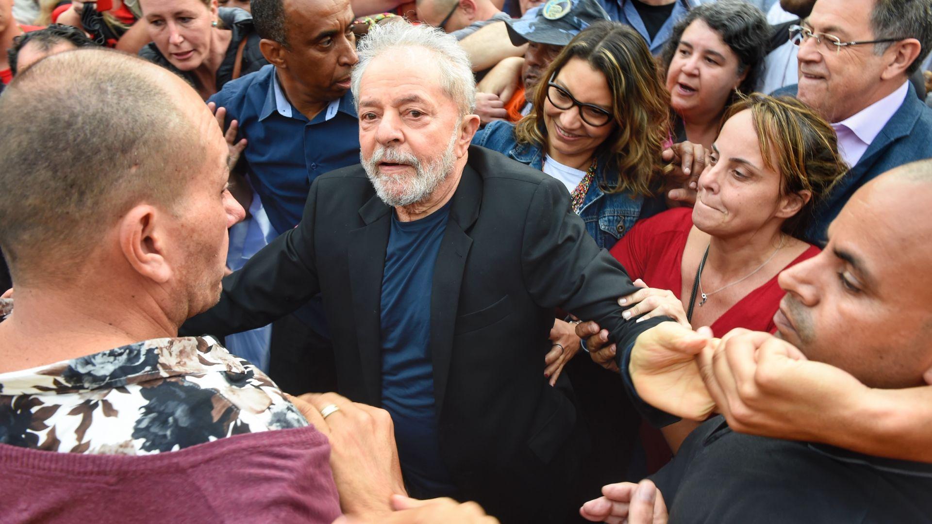 Освободиха от затвора бивш бразилски президент, големи тълпи го приветстваха