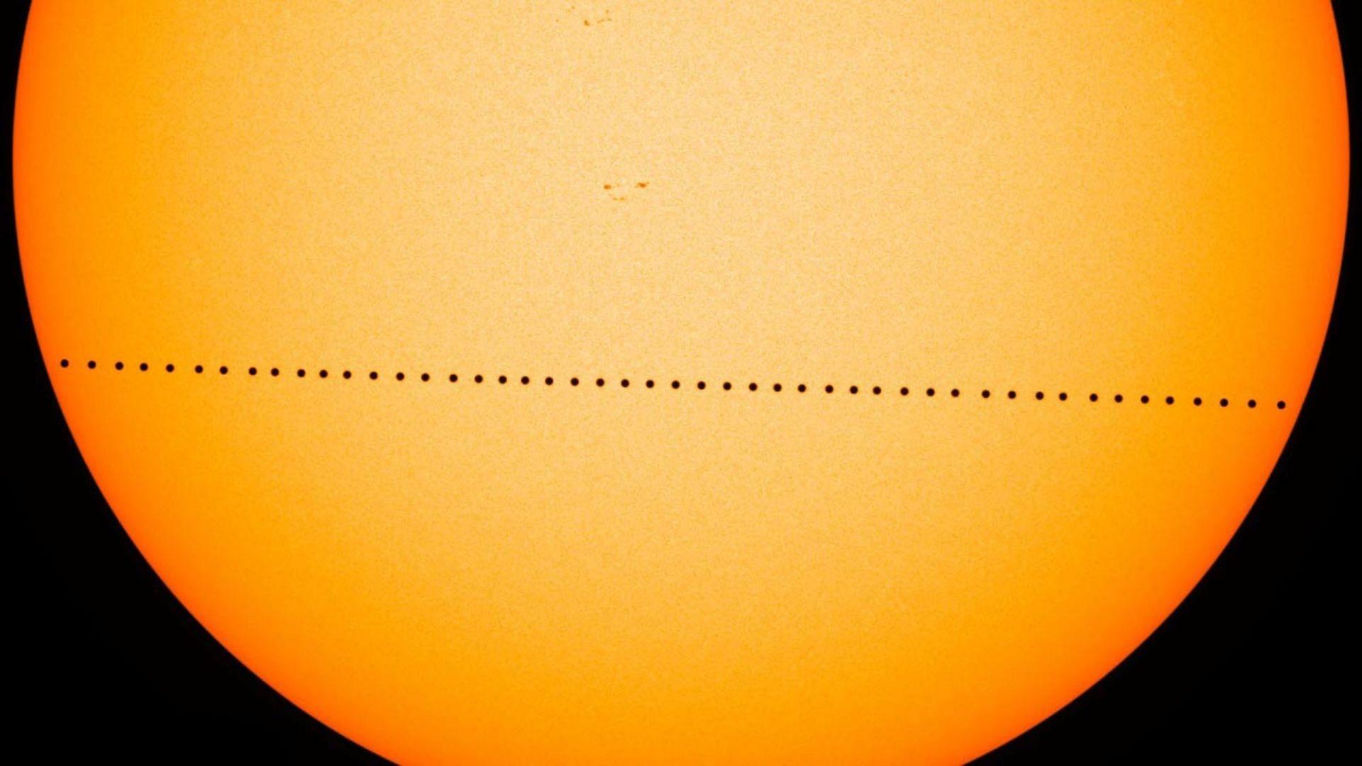 Наблюдаваме рядко небесно шоу на Меркурий със Слънцето