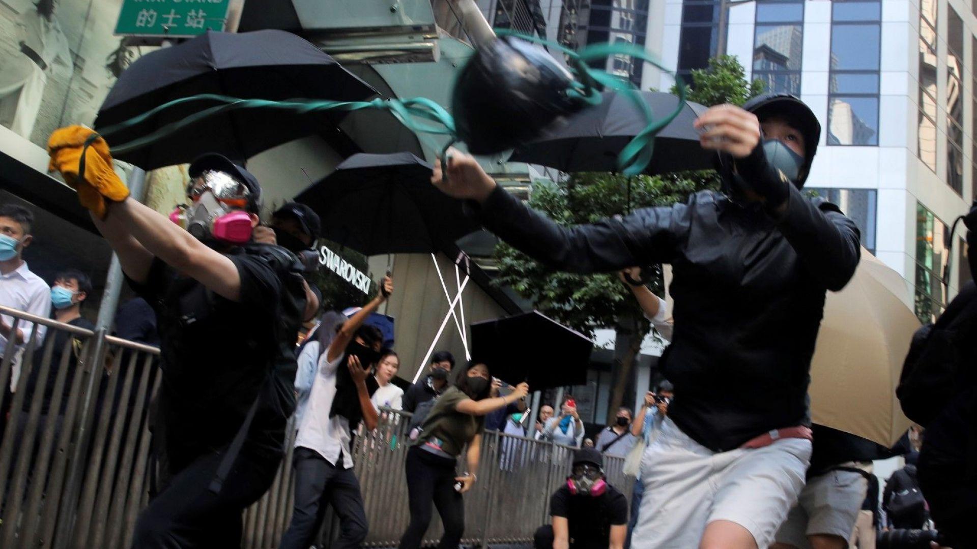 Полицай простреля мъж в пореден ден на хаос в Хонконг