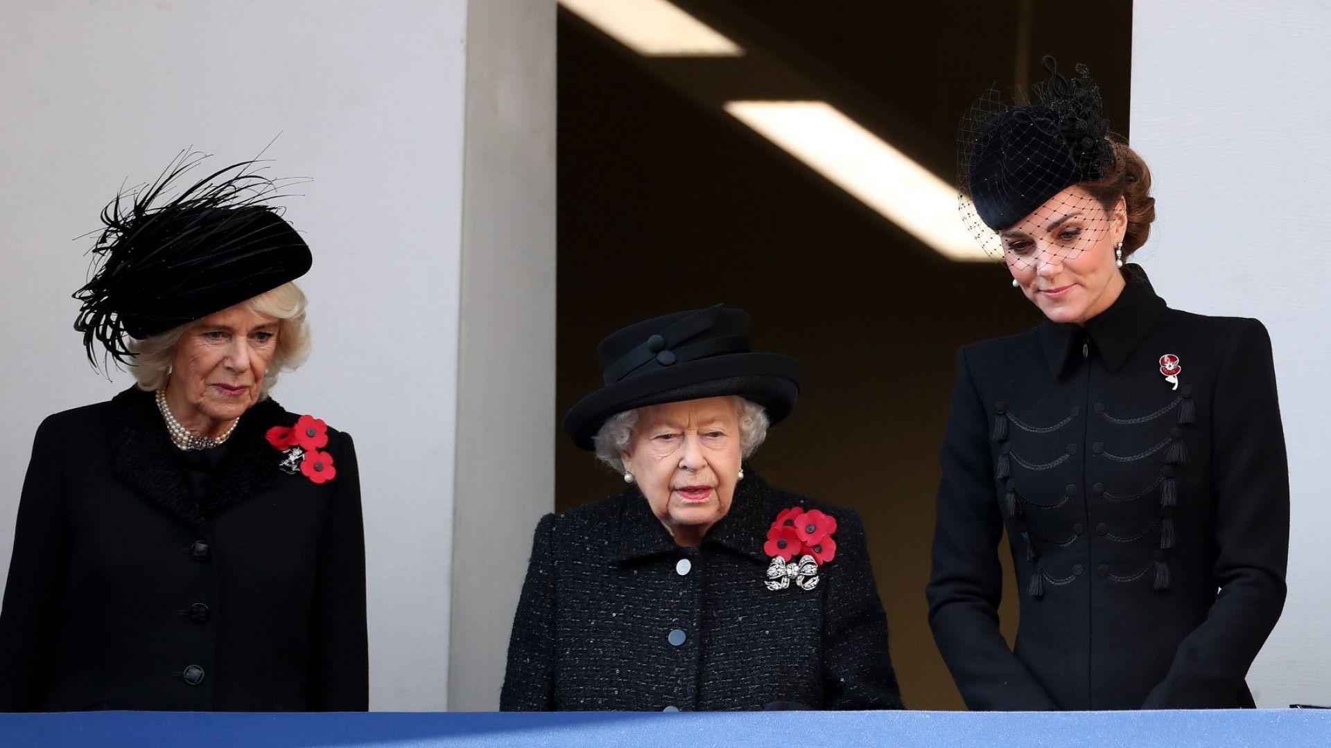 Кейт на един балкон с Елизабет II и Камила, Меган - на друг