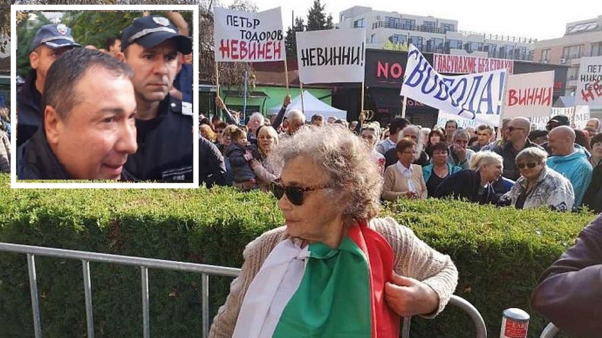 Над 1000 посрещнаха с аплодисменти окования кмет на Несебър (видео)