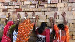 Стотици полицаи пазят поклонници в Индия заради спорен храм (снимки)