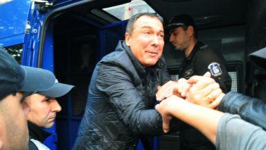 Кметът на Несебър положи клетва с белезници, отведоха го обратно в ареста