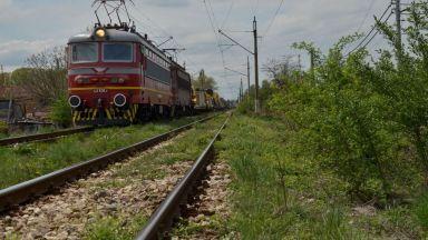 Влак удари лека кола на жп прелез, има загинал