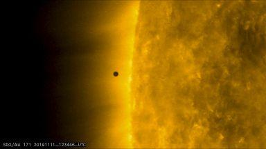 Меркурий сътвори миниатюрно слънчево затъмнение
