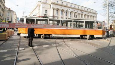 Трамвай дерайлира и блъсна пешеходка при Съдебната палата