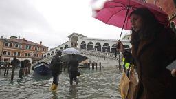"""Високата вода заля Венеция. """"Моисей"""" не е готов"""