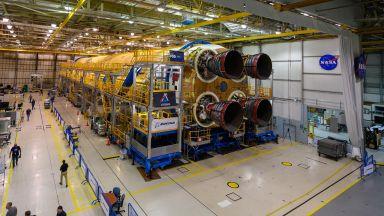 Ракетата за Луната на САЩ е с готова първа степен (снимки)