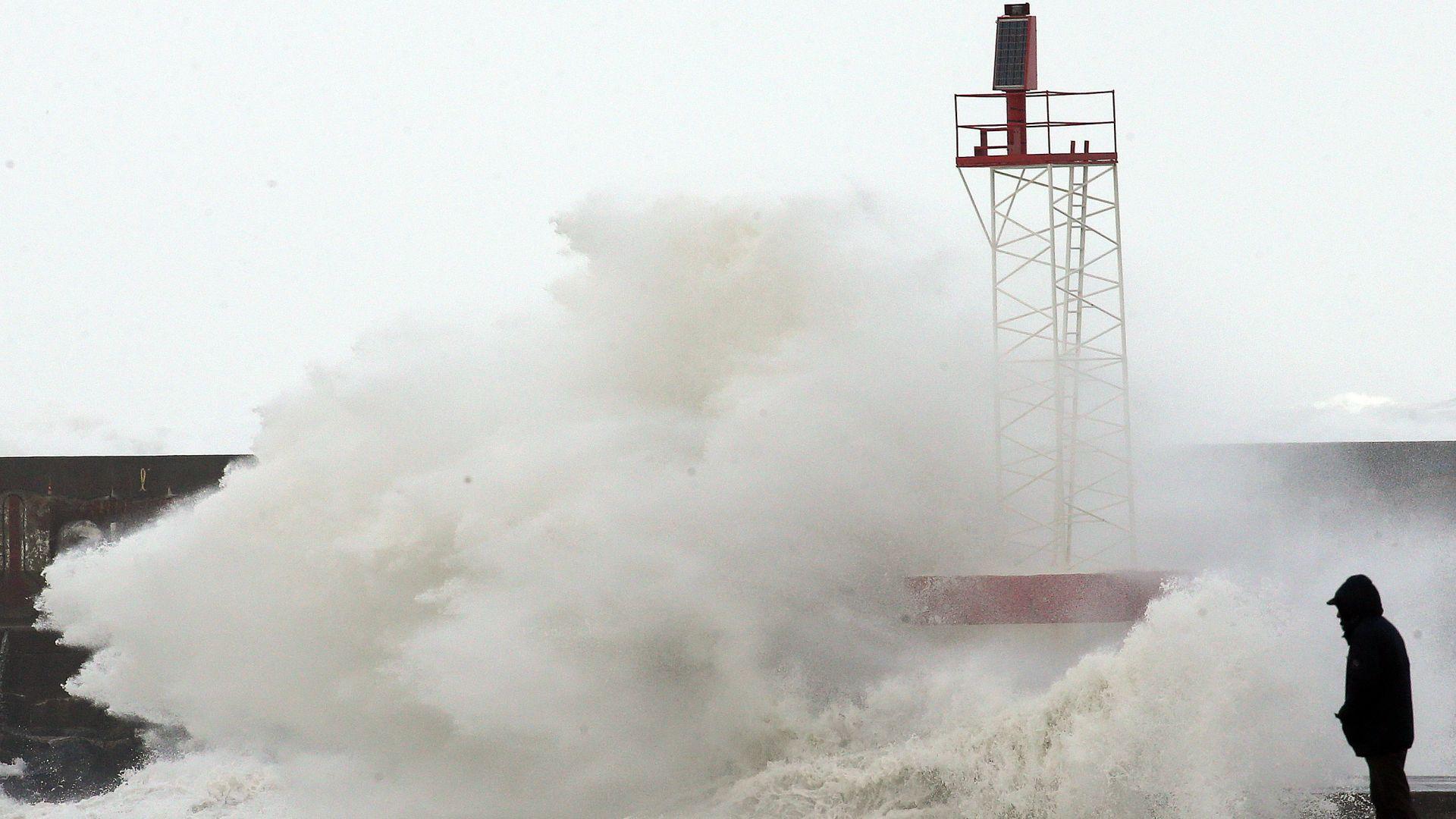 Ураган събори дървета и стълбове в Хърватия, вълните достигнаха 6 м (видео)