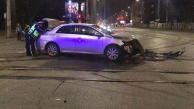 Катастрофа между частна кола и патрулка на светофар в София