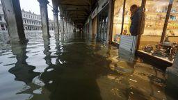 Извънредно положение в Италия - Венеция, Матера и Капри под вода (видео)