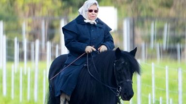 Кралицата е на кон! Елизабет Втора все още язди на 93