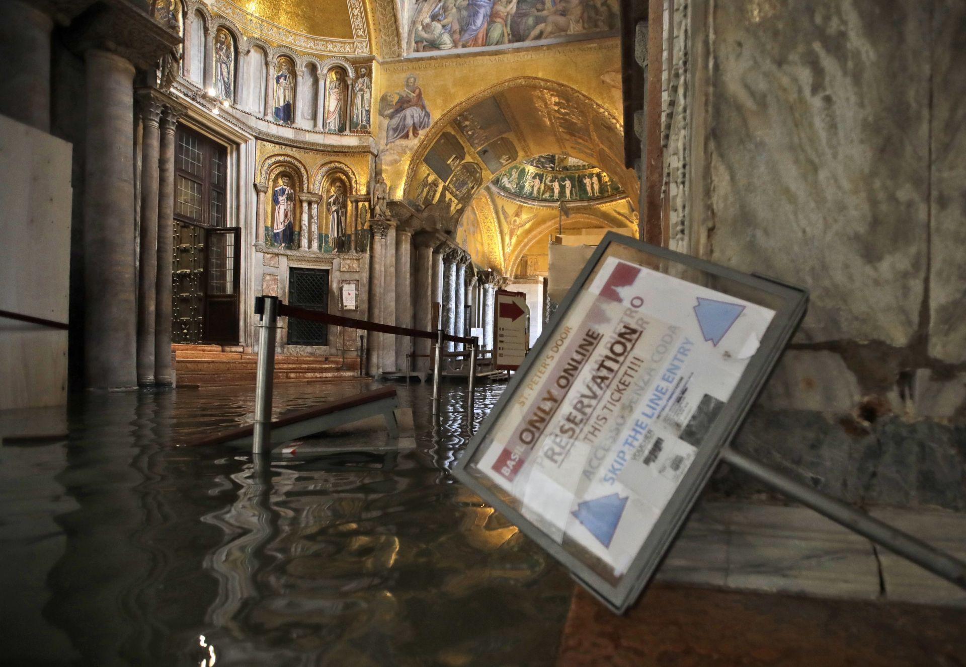 """Водата е навлязла и вътре в базиликата """"Сан Марко"""""""