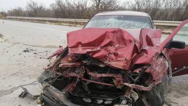 19-годишна се заби в камион при изпреварване, 5 жени са в болница