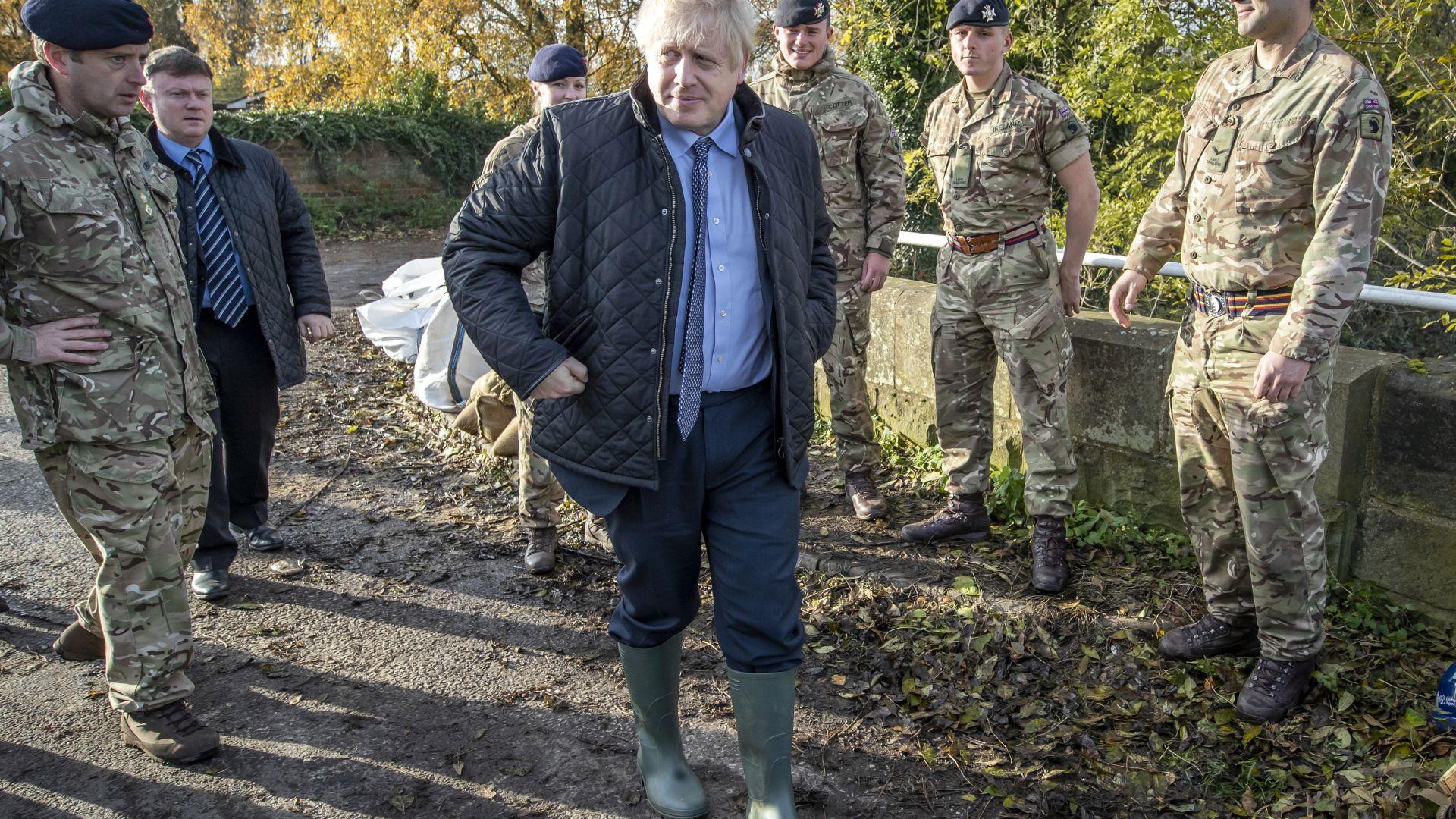 Гневни протестиращи посрещнаха шокирания Борис Джонсън в наводнени райони
