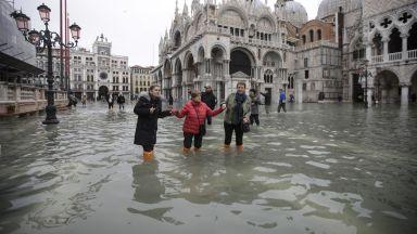 """Венеция е """"на колене"""" заради второто по мащаби в историята наводнение"""