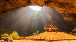 Кралският павилион в златната пещера Фрая Нахон
