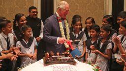 Принц Чарлз отпразнува рождения си ден с ученици в Мумбай