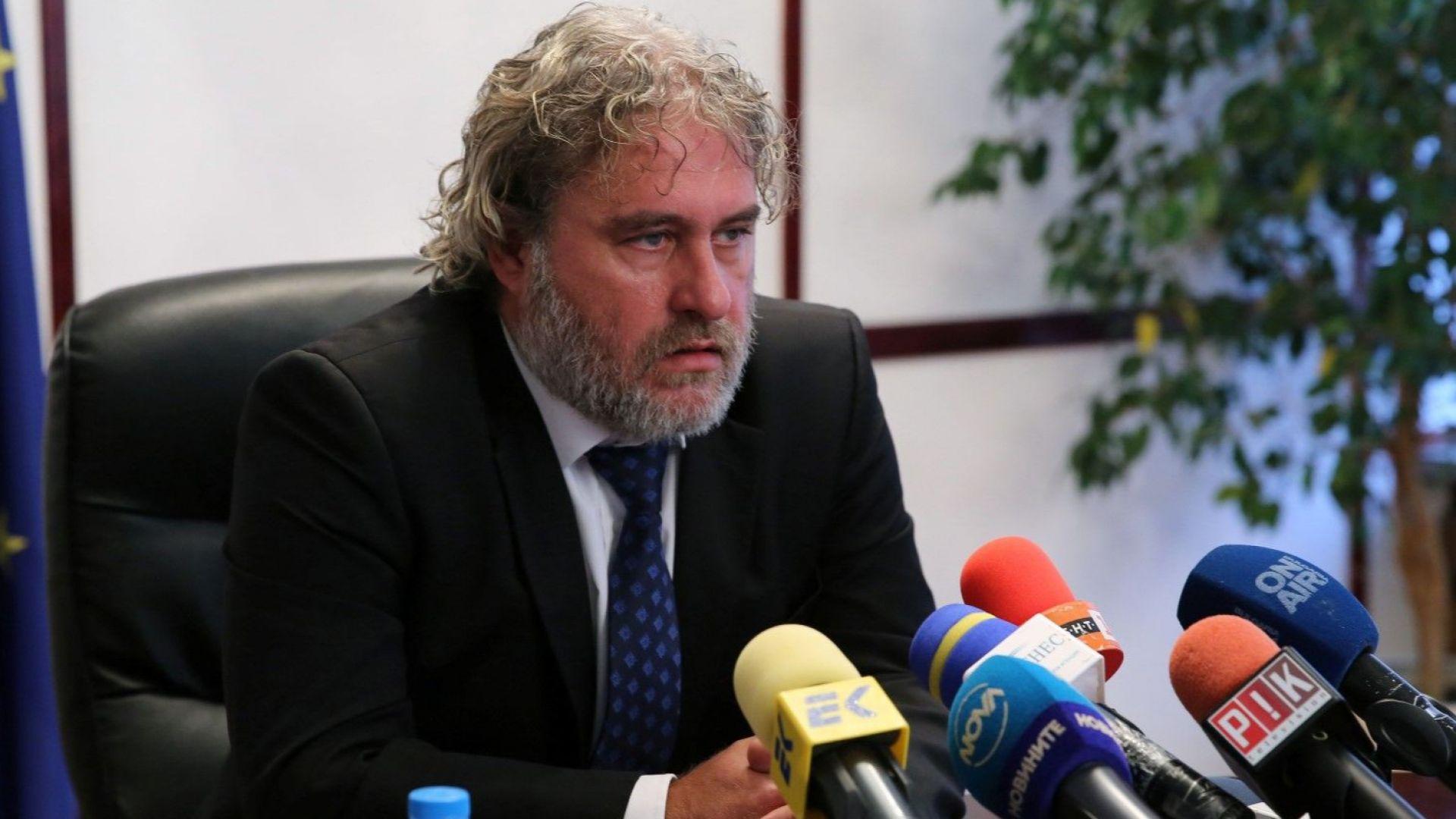 Боил Банов  не знае кога ще плати акта за пушене, защото няма заплата