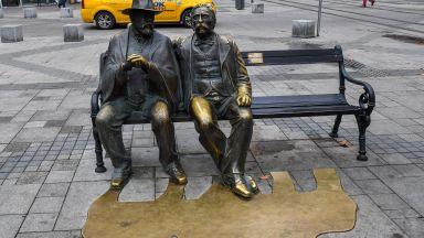 Вандали откраднаха бастуна от бронзовата статуя на Пенчо Славейков в София