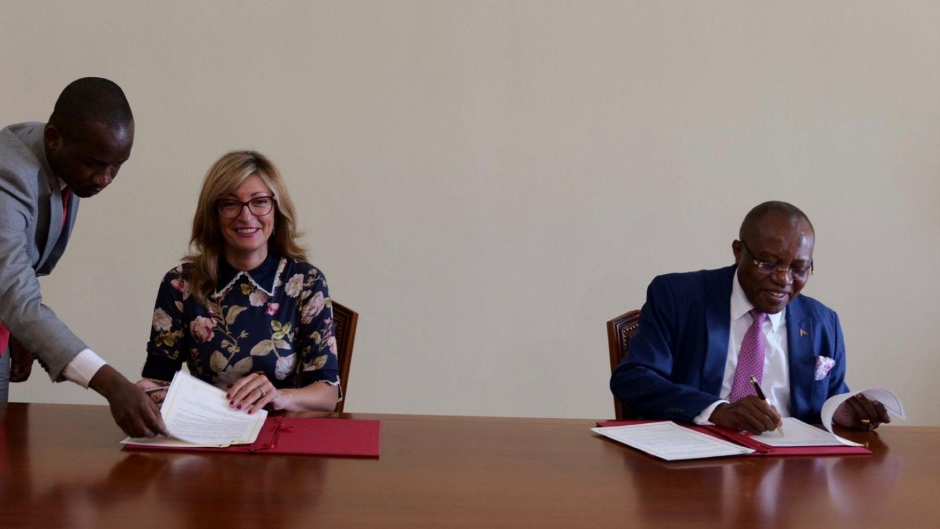 Заместник министър-председателят и министър на външните работи Екатерина Захариева разговаря