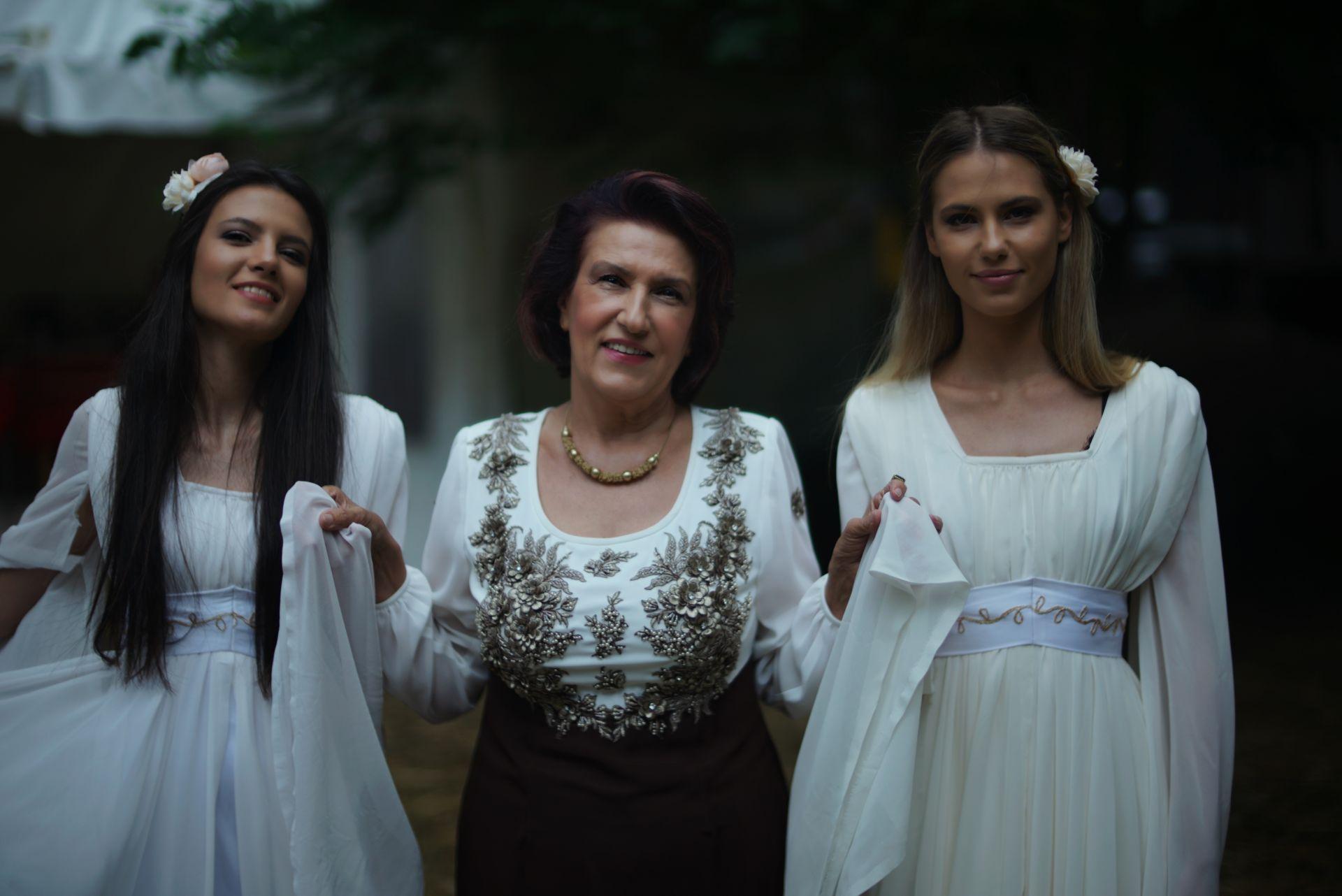 Ива и Велислава Костадинови с баба си - фолклорната певица Гуна Иванова