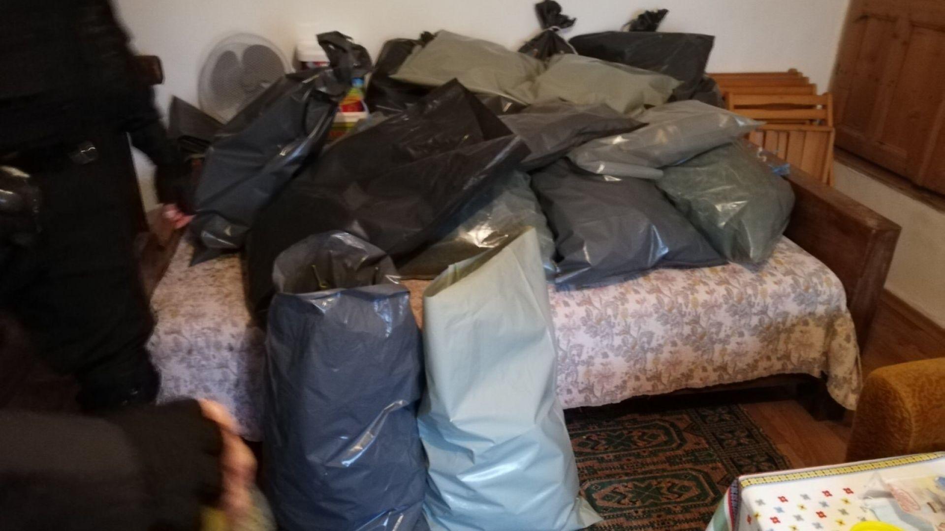 Задържаха мъж с дрога за 300 хиляди лева край Айтос (снимки)