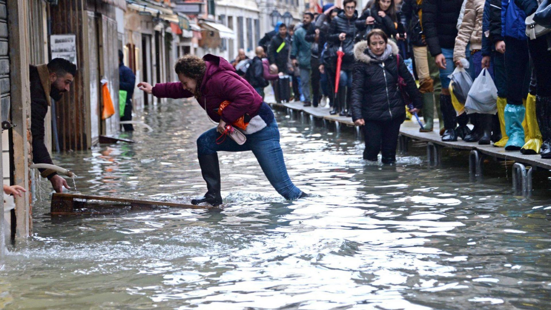 Италианският министър на културата Дарио Франческини посети днес засегнатата от
