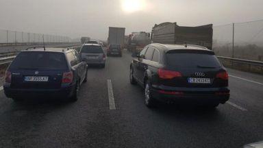 1 км за 25 минути: километрично задръстване между Перник и София