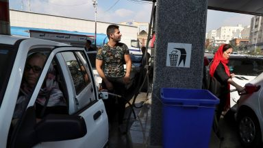 В няколко ирански града  избухнаха протести заради  повишение в цените на бензина