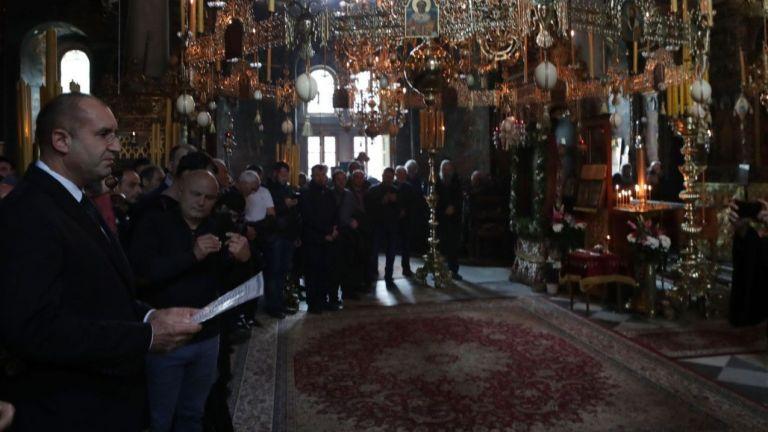 Президентът Радев почете празника на Зографския манастир заедно със стотици поклонници