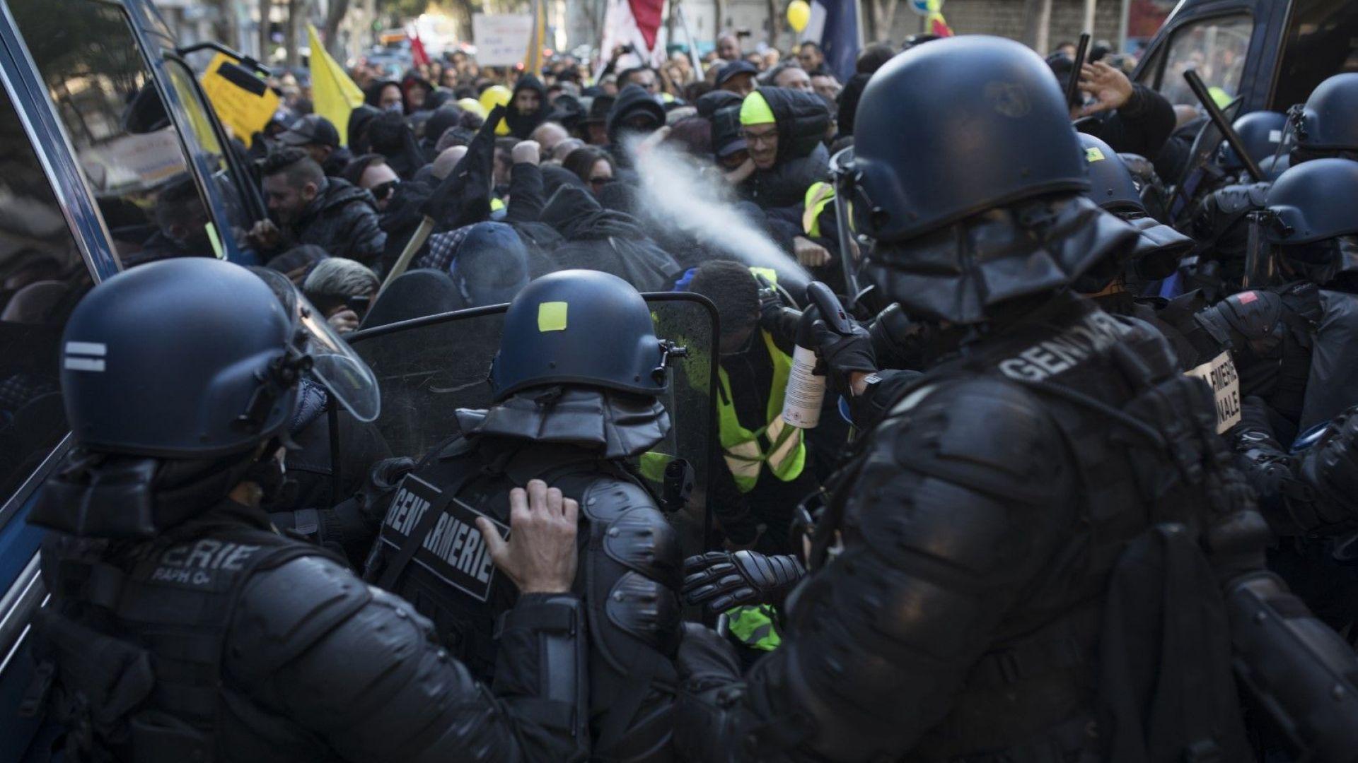 Нови сблъсъци, водни оръдия, арести: една година гневът на жълтите жилетки не напуска Париж