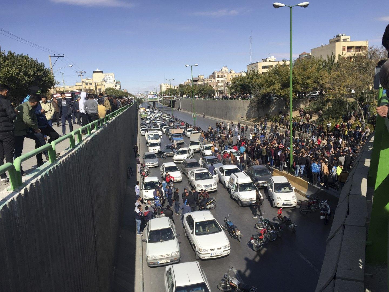 Коли са блокирали движението по време на протест в Исфахан, Иран, срещу увеличението на цените на горивата