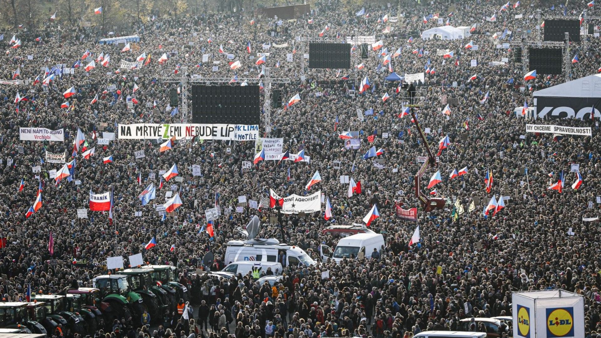 Десетки хиляди излязоха на протест в Чехия срещу премиера Андрей Бабиш