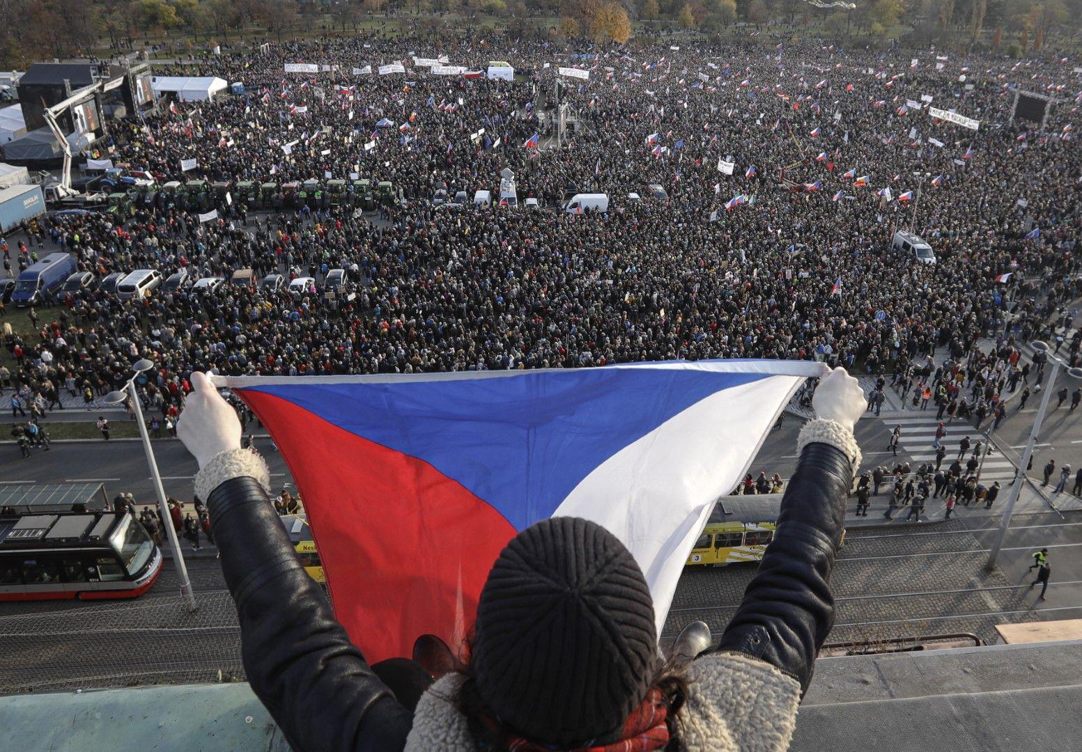 Голям антиправителствен протест се проведе в Прага в навечерието на 30-ата годишнина от Нежната революция