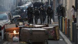 """Сблъсъци, палежи, сълзотворен газ, арести белязаха първата годишнина на """"жълтите жилетки"""""""