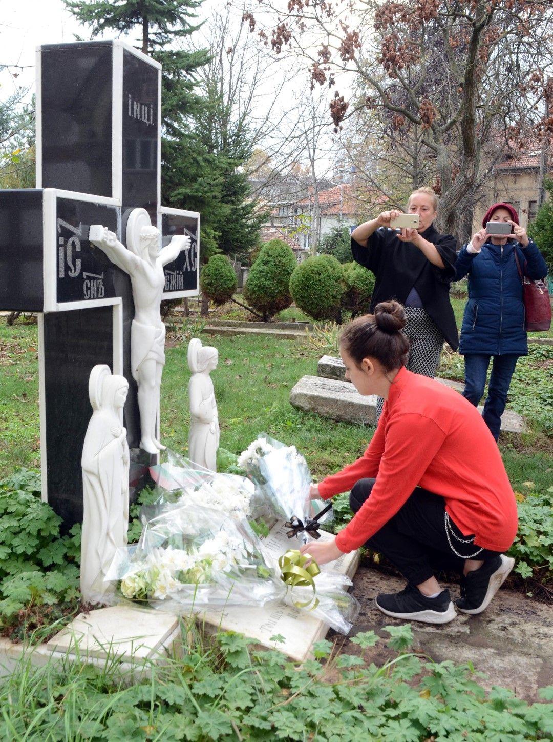 """Цветя и молитви пред оброчния кръст - паметник издигнат в двора на храм """"Св.Троица"""" в Добрич в памет на загиналите при пътни инциденти"""