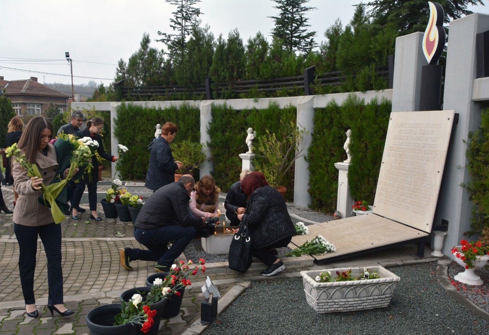 """На мемориален комплекс """"Шестте Великденски ангела"""" жители на Симеоновград почетоха паметта на жертвите от катастрофи"""