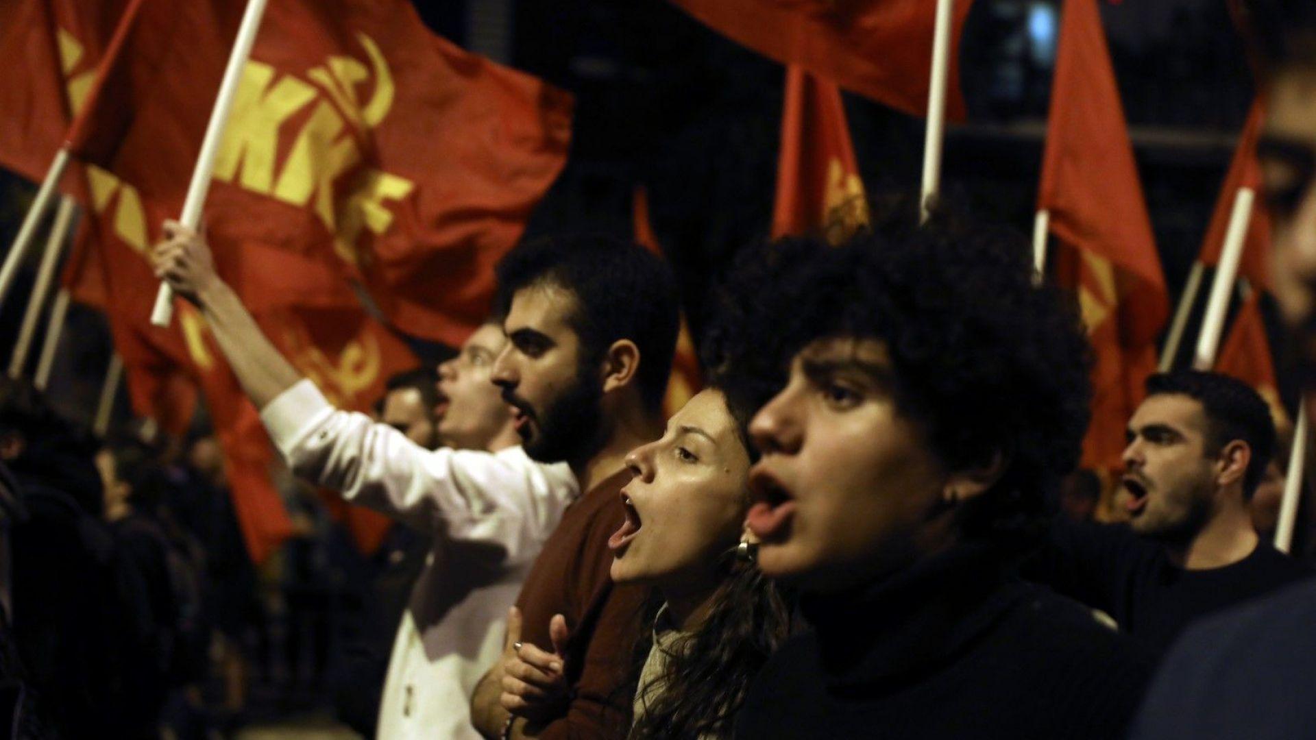 Хиляди хора демонстрираха тази вечер в центъра на Атина по