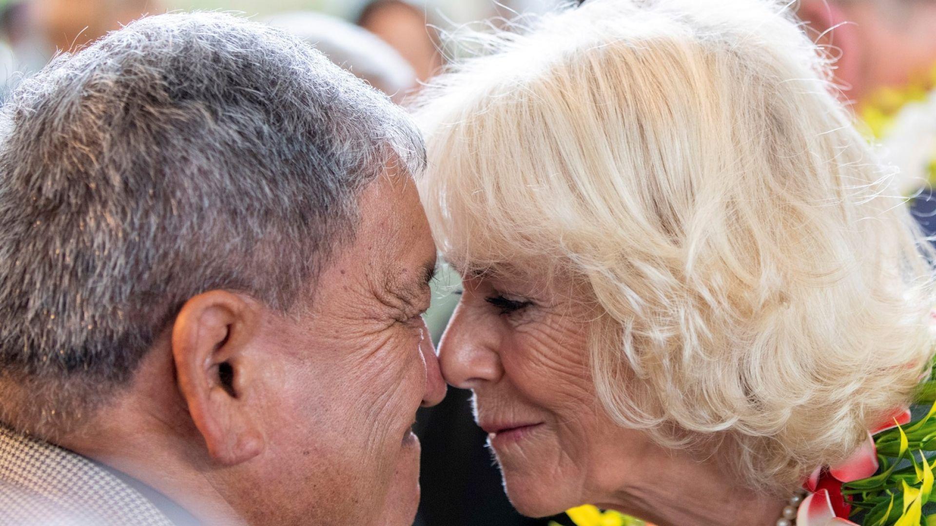 Принц Чарлз и Камила потъркаха носове за поздрав в Нова Зеландия