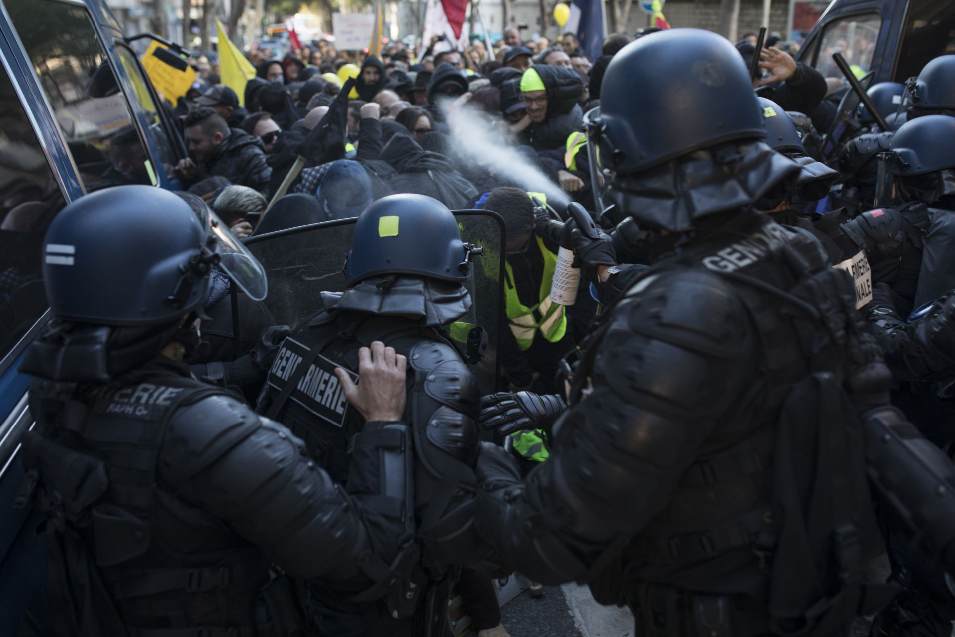В събота френската столица преживя погром от вандали, които палеха, чупеха, преобръщаха коли и замерваха полицията с каквото им попадне под ръка.