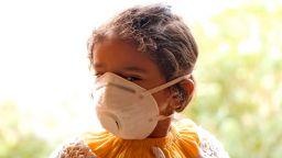 Бар за кислород предлага глътка спасение от смога в Делхи