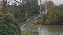 Рухна мост във Франция, загина момиче, издирват оцелели (видео)