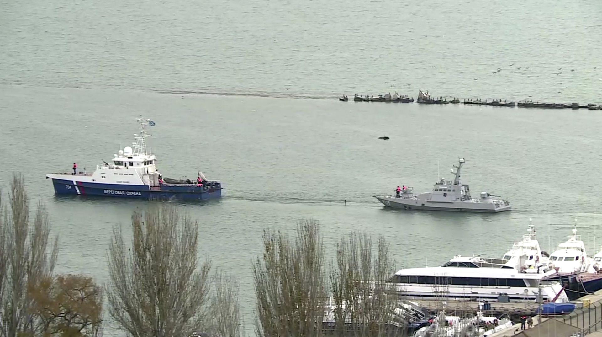 Руски кораб на бреговата охрана тегли един от задържаните украински кораба по време на трасфера